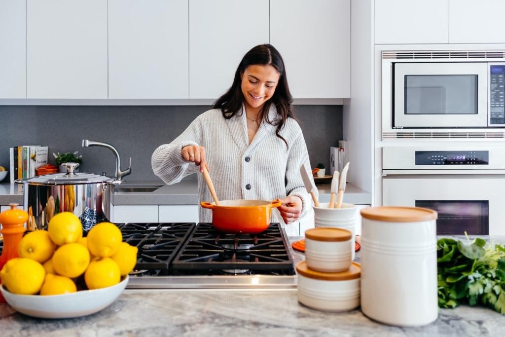 Femme cuisinant les boulettes de viande d'IKEA